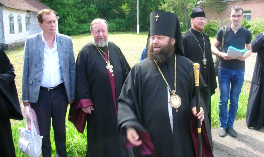 Одиннадцать кур, две собаки и один архиепископ: Как выживает православная глубинка Украины в эпоху перемен