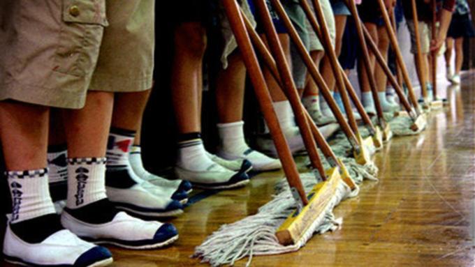 Детский омбудсмен: привлечение школьников к уборке класса — преступление!